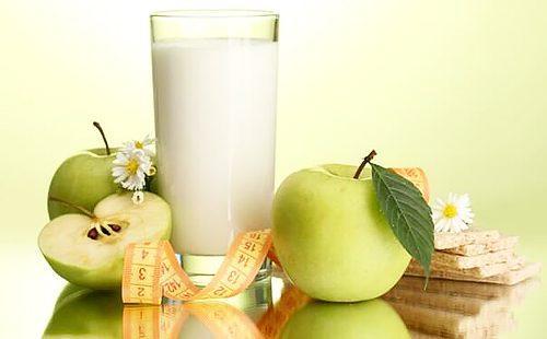 Стакан кисломолочки и зелёные яблоки