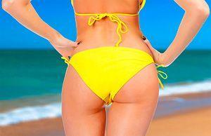 Девушка на море в желтом купальнике