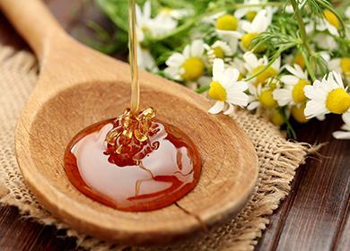 Жидкий мед в ложке