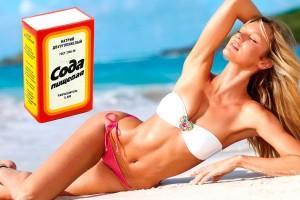 Упаковка пищевой соды на фоне девушки на пляже