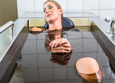 Девушка в черной ванне