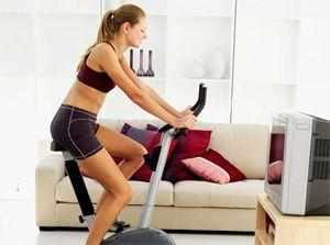 Тренировка на велотренажере дома перед телевизором