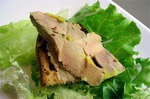 Паштет из свиной печени на хлебе и листах салата