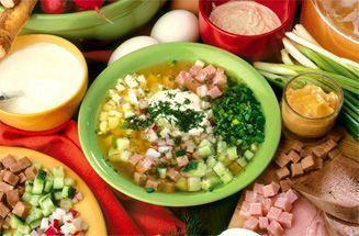 Тарелка окрошки в окружении продуктов