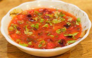 Тарелка с томатной окрошкой