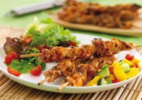 Шашлык из курицы с овощами на блюде