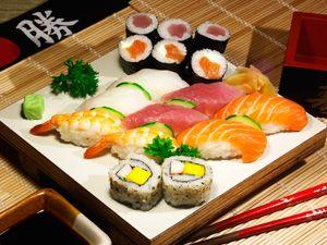 Набор суши на деревянной доске