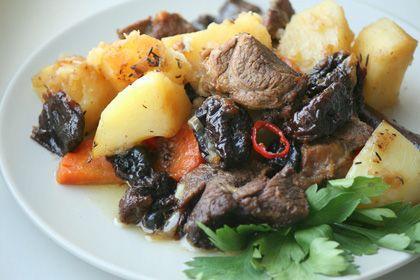 Аппетитная баранина, приготовленная в мультиварке на тарелке с картошкой