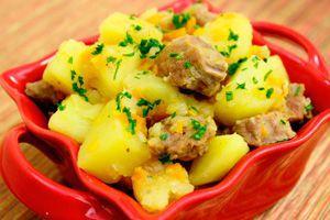 Баранина с картошкой в красной тарелке