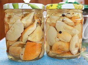 Маринованные белые грибы в стеклянных банках