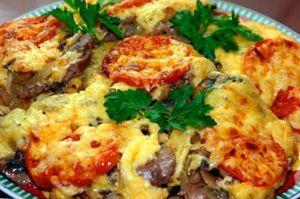 Мясо по-французски, приготовленное в мультиварке, с грибами и помидорами