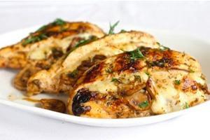 Куриные грудки фаршированные грибами  и сыром на тарелке
