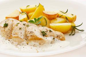 Филе курицы под сырным соусом с картошкой