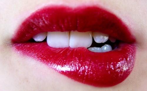 Губы с красной помадой