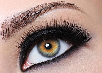Накрашенные глаза тушью и карандашем