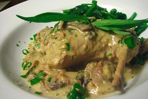 Кролик с грибами в сметанном соусе