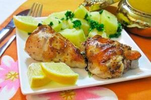 Нежная курица в маринаде из меда и лимона с картофелем