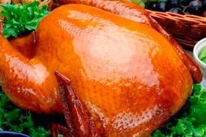 Целая курица с медом с зеленым салатом