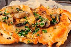 Запеченная курица с сыром и грибами и зеленым луком