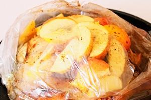 Курица в рукаве, фаршированная яблоками готова