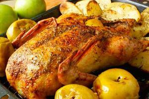 Запеченная курица в духовке с яблоками
