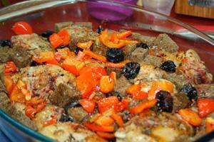 Тушеная курица с черносливом морковью и грибами