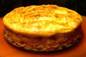 Пирог с фаршем и капустой на блюде