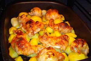 Аппетитная курица с картофелем запеченная в духовке