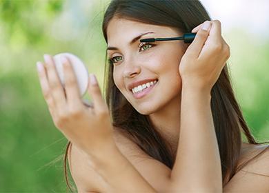 Девушка наводит макияж