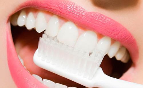 Чистка зубов обычной щеткой