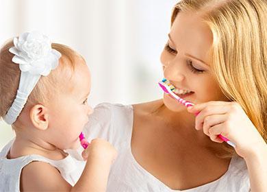 Мама с дочкой чистит зубы