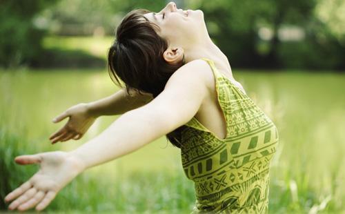 Девушка отдыхает на свежем воздухе