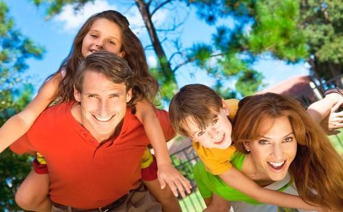 Счастливая семья обнимается на природе