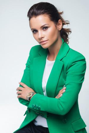Луговая Ксения в зеленом костюме