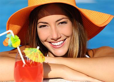 Девушка в шляпе с красивой улыбкой