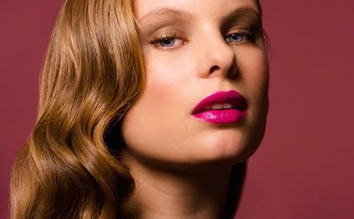Девушка с волнистыми волосами и пухлыми губами