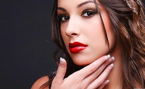 Темноглазая девушка с красными губами