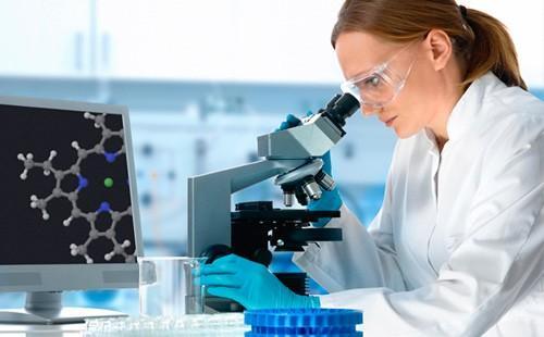 Девушка-врач исследует ДНК в лаборатории
