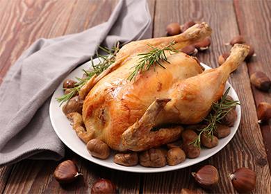 Запеченная курица на блюде
