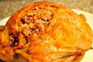 Фаршированная курица на тарелке