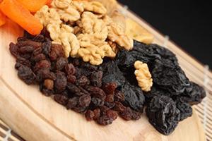 Сладкая россыпь сухофруктов и орехов похожа на самородки