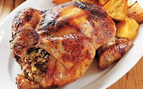 Аппетитный цыплёнок на белой тарелке