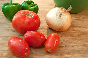 Лучок, помидоры и перчик составляют светофор здоровья