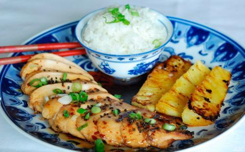 Курица с ананасами и рисом на тарелке