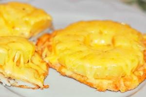 Курица с ананасами и сыром на тарелке