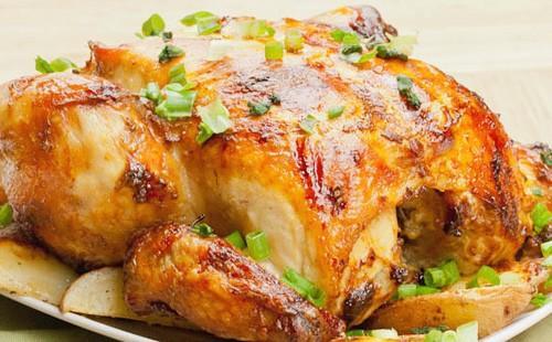 Запеченная курица украшенная зеленым луком
