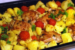 Куриные бедрышки с картошкой и помидорами