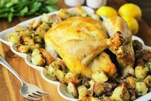 Курица с картошкой на деревянной доске