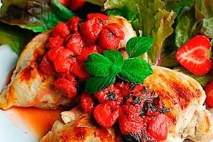 Куриное филе с ягодным соусом с листьями мяты