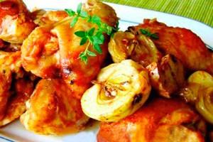 Курица с яблоками на тарелке